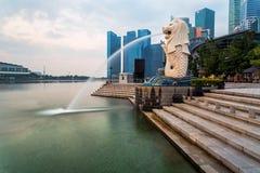 SINGAPORE - April 1, 2018: Molnig soluppgång i morgonen på Merli Royaltyfri Foto