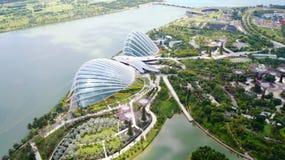SINGAPORE - APRIL 2nd 2015: Dagsikt av molnet Forest Flower Dome på trädgårdar vid fjärden som sett från skyparken spanning royaltyfri fotografi