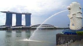 SINGAPORE - APRIL 2nd 2015: Den Merlion springbrunnen och den Singapore horisonten Merlion är en mytisk varelse med huvudet av a Arkivfoto