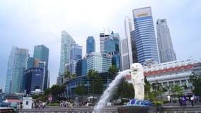 SINGAPORE - APRIL 2nd 2015: Den Merlion springbrunnen och den Singapore horisonten Merlion är en mytisk varelse med huvudet av a Royaltyfria Foton