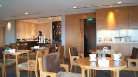 SINGAPORE - APRIL 2nd 2015: Vara slö område av ett hotell, klubban, företagslobby Fragment av den moderna lobbyen av de fem stjär Royaltyfri Bild