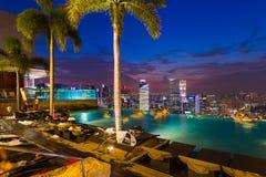SINGAPORE - APRIL 14: Pöl på tak- och Singapore stadshorisont på Arkivfoto