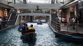 SINGAPORE - APRIL 3rd 2015: Besökare tycker om sampanfartygritt på Marina Bay Sands Arkivfoto