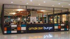 SINGAPORE - APRIL 3rd 2015: Shoppar japansk snabbmat för den Omakase hamburgaren på den Singapore plazaen Arkivbild