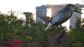 SINGAPORE - APRIL 3rd 2015: Supertreen på trädgårdar vid fjärden och det lyxiga hotellet Marina Bay Sands i bakgrunden under Arkivfoto