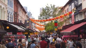 SINGAPORE - APRIL 3rd 2015: Turister som shoppar på det traditionella stället för Kina stadmarknad under dagen Fotografering för Bildbyråer