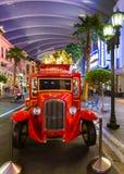 SINGAPORE - 30 april: Retro auto in Universeel Studiopark bij Verzonden Stock Afbeelding