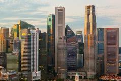 SINGAPORE - APRIL 16: Singapore stadshorisont och Marina Bay på A Royaltyfri Fotografi