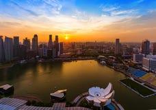 SINGAPORE - APRIL 14: Singapore stadshorisont och Marina Bay på A Arkivbild