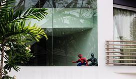 Singapore-02 APRIL 2019: skärm för leksak för man för spindel två på det stora fönstret arkivfoto