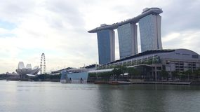SINGAPORE - APRIL 1st, 2015: Marina Bay Sands Resort i Singapore Taken av torn dekoreras med en parkera in Royaltyfria Foton
