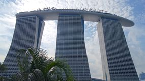 SINGAPORE - APRIL 1st, 2015: Marina Bay Sands Resort i Singapore Taken av torn dekoreras med en parkera in Royaltyfri Foto
