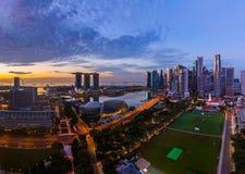 SINGAPORE - APRIL 16: Singapore stadshorisont och Marina Bay på A Royaltyfria Bilder