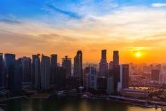 SINGAPORE - APRIL 14: Singapore stadshorisont och Marina Bay på A Royaltyfri Fotografi