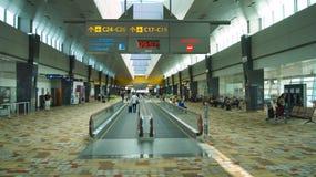 SINGAPORE - APRIL 4th 2015: Travellator på Changi den internationella flygplatsen Den Changi flygplatsen tjänar som mer än 100 fl Royaltyfri Foto
