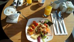 SINGAPORE - 2 april 2015: Verse gezonde salade op houten lijst bij een hotelzitkamer Hoogste mening Royalty-vrije Stock Afbeeldingen