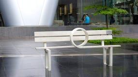SINGAPORE - 2 april 2015: Witte Houten bank op de stoep als openbaar art. Stock Fotografie