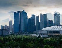 Singapore - April 28, 2014: Wolkenkrabbers van een Aziatische stad bij zonsondergang royalty-vrije stock fotografie