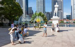 Sir Thomas Stamford Raflles Statue in Singapore. SINGAPORE - AUGUST 18, 2009: Tourists taking photos at the statue of  Sir Thomas Stamford Raffles in Singapore Stock Photo