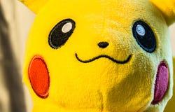 2 Singapore-augustus 2017: de zachte stuk speelgoed achtergrond van de het gezichtsclose-up van de pikachuglimlach royalty-vrije stock afbeelding