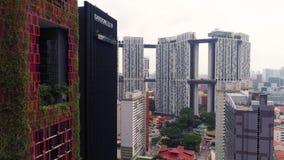 Singapore - Augustus, 2018: Weergeven van de hoge wolkenkrabbers van het stijgingsbureau en privé woonblokken bij de nabijheid va stock videobeelden