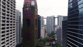 Singapore - Augustus, 2018: Weergeven van de hoge wolkenkrabbers van het stijgingsbureau en privé woonblokken bij de nabijheid va stock video