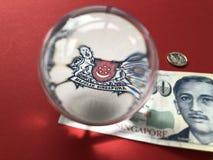 Singapore $50 bankbiljetten en een kristallen bol royalty-vrije stock fotografie