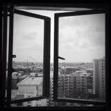 Singapore bilder - byggnadsb&w med fönstret Fotografering för Bildbyråer