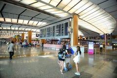 Singapore Changi flygplats med passagerare Royaltyfri Bild