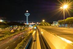 Singapore Changi flygplats på natten med flygtrafikkontrolltornet royaltyfri bild