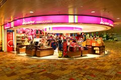 Singapore: Changi luchthaven na controle op kleinhandelsgebied Stock Afbeelding
