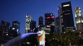 SINGAPORE - CIRCA Maart 2012: het Merlion-Standbeeld met de Stadshorizon op de achtergrond, Marina Bay stock videobeelden