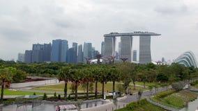 Singapore cityscape i molnig väderTime-schackningsperiod Panna upp lager videofilmer