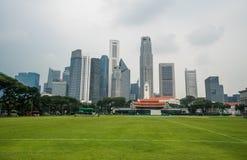 Singapore cityscape med fotbollsplan och höga kommersiella byggnader Royaltyfria Foton
