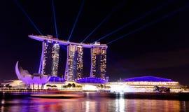 Singapore cityscape på natten med laser-show Royaltyfri Foto