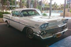 Singapore De herfst van 2018 Oude Amerikaanse retro schrijver uit de klassieke oudheid White Cadillac DE Ville Antiquiteit oldtim stock foto's