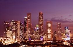Singapore de stad in bij schemer Stock Foto's