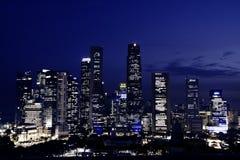 Singapore de stad in bij schemer Stock Fotografie