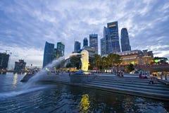 Singapore 29 dec. 2008 - Den Merlion springbrunnen tände upp på mot den Singapore horisonten Royaltyfria Foton