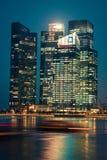Singapore December 20,2013: Sikt av stadshorisonten på natten in Arkivbild
