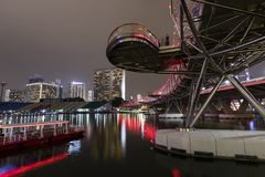 SINGAPORE December 10, 2017: Spiralbron på natten i Singapore Arkivfoton