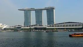 Singapore - 24 December 2018: Tijdtijdspanne van Veerboot en Horizon in de Kern Van de binnenstad in Marina Bay Sands op 24 Decem stock footage