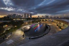 Singapore, Singapore - 2 dicembre 2017: Orizzonte di Singapore e di Marina Barrage al tramonto fotografia stock