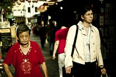 In Singapore, dicht leven de plaatselijke bewoners en de buitenlandse migranten stock fotografie