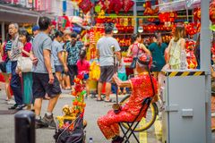 SINGAPORE SINGAPORE - FEBRUARI 01, 2018: Äldre gatamusiker som busking längs en upptagen gata under kinesiskt nytt år in royaltyfria bilder