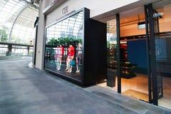 Singapore. De boutique van Carolina Herrera bij het winkelcentrum van de Toevlucht van het Zand van de Baai van de Jachthaven Royalty-vrije Stock Afbeelding