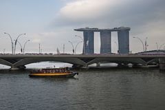 SINGAPORE, SINGAPORE - 18 FEBRUARI, 2018: De Rivierboot van Marina Bay Sands Hotel en van de Toerist, Singapore Royalty-vrije Stock Foto's