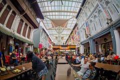 SINGAPORE SINGAPORE - FEBRUARI 01, 2018: Den inomhus sikten av folk som äter i den Lau Pa Sat festivalmarknaden Telok Ayer, är a Arkivbild