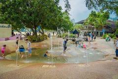 SINGAPORE SINGAPORE - FEBRUARI 01, 2018: Härlig utomhus- sikt av barn som spelar i vattnet med konstgjort Arkivbild