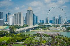 SINGAPORE SINGAPORE - FEBRUARI 01, 2018: Härlig utomhus- sikt av den Singapore reklambladet - den största Ferris Wheel i Arkivfoto